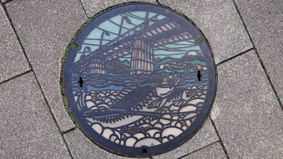 東京都多摩市のマンホール(多摩川、鮭、富士山)[カラー]