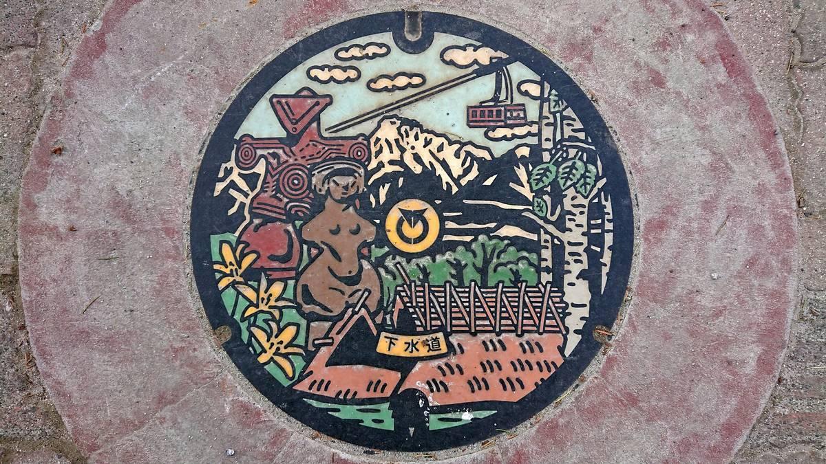 長野県茅野市のマンホール(縄文のビーナス、仮面の女神、八ヶ岳)[カラー]
