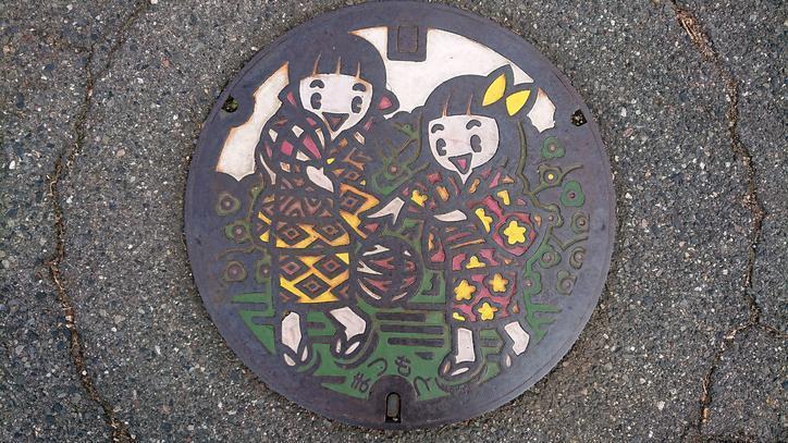 長野県松本市のマンホール(松本てまりで遊ぶ女の子)[カラー]
