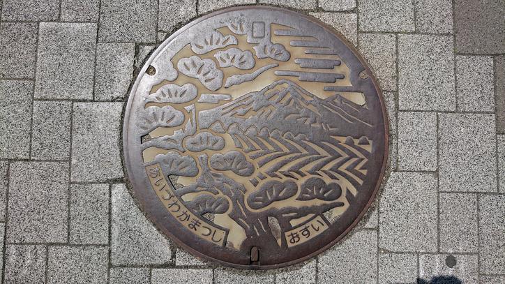 福島県会津若松市のマンホール(磐梯山、猪苗代湖、赤松)