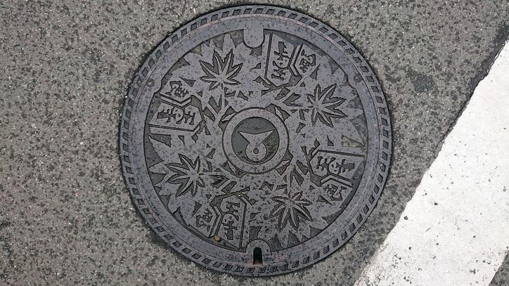 山形県天童市のマンホール(将棋の駒、モミジ)