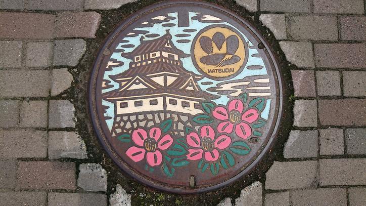 新潟県十日町市のマンホール(旧松代町、ユキツバキ、松代城)[カラー]