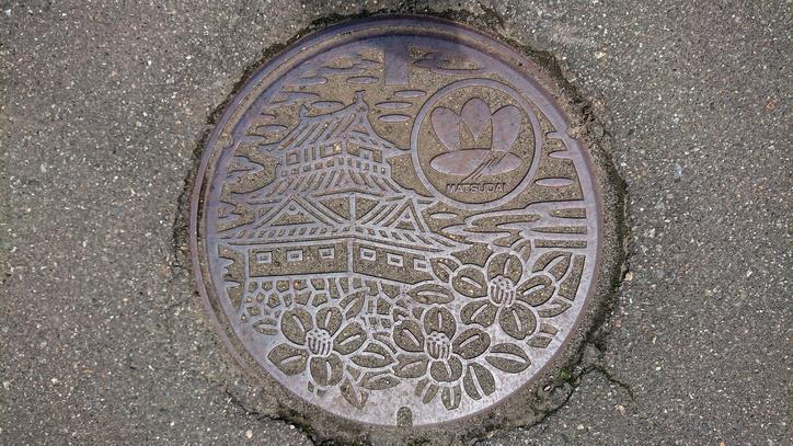 新潟県十日町市のマンホール(旧松代町、ユキツバキ、松代城)