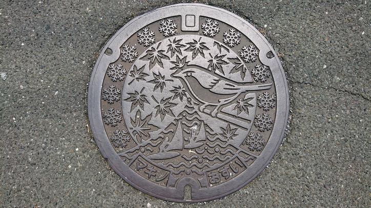滋賀県高島市のマンホール(旧マキノ町、ウグイス、ウインドサーフィン、 モミジ、雪)