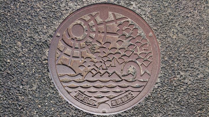 福井県大飯郡高浜町のマンホール(高浜八穴、海、太陽)