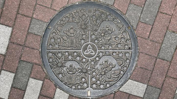 奈良県生駒郡三郷町のマンホール(モミジ、たつたひめ)