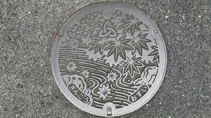 奈良県生駒郡三郷町のマンホール(モミジ、竜田川)