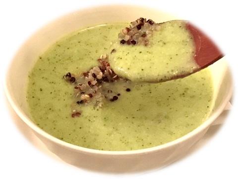 ズッキーニの冷製スープ キヌア添え スプーンですくいあげた様子