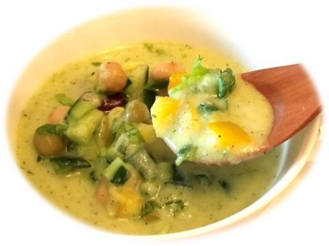 スプーンですくい上げたズッキーニの冷製スープ サラダ仕立て