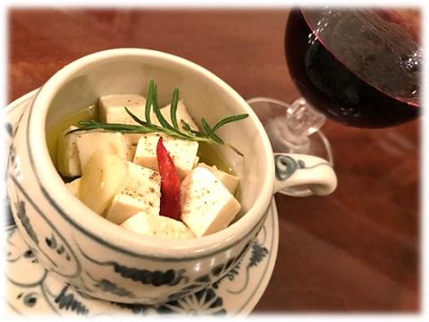 チーズのような味わいがワインにピッタリ!豆腐のオイル漬けと赤ワイン