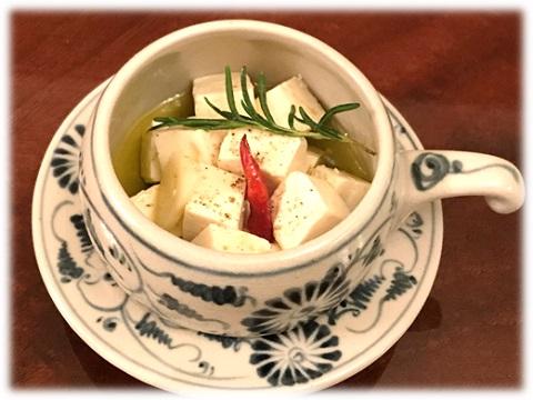 器に盛りつけた豆腐のオイル漬け