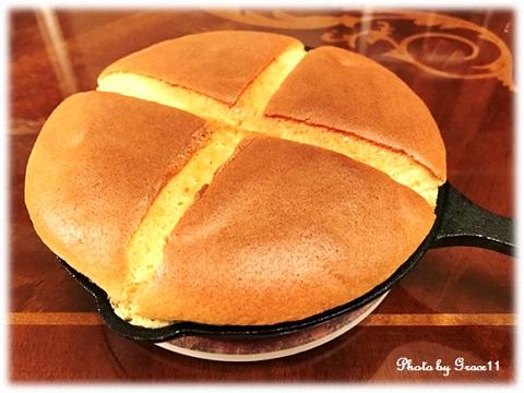 オーブンから取り出したカステラパンケーキ