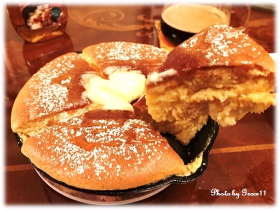焼き立てのカステラパンケーキにバターとメープルシロップをたっぷりかけて♪
