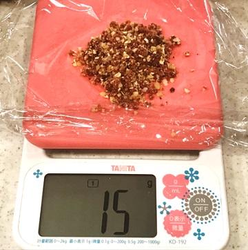 ブリスボールレシピ4:ラップに15~17gくらいの量をとる。