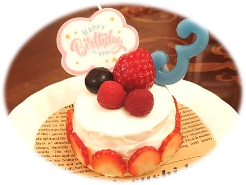 愛犬のための手づくりバースデーケーキ お誕生日のロウソクを飾って。