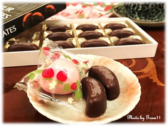 カルディで購入した洋酒のチョコレートとフリーズドライいちごのチョコレート♪