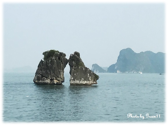 ハロン湾に浮かぶ奇岩「闘鶏岩」