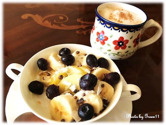 朝食はたっぷりのフルーツとマンゴーヨーグルト&グラノーラ
