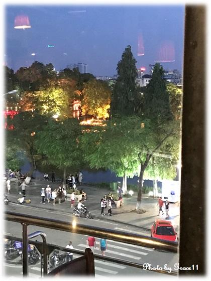 夜のホアンキエム湖 カフェからの眺め