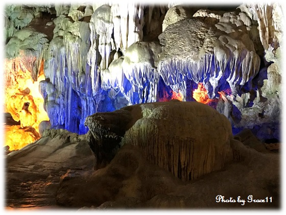 長い年月をかけてできた鍾乳石が神秘的なティエンクン洞