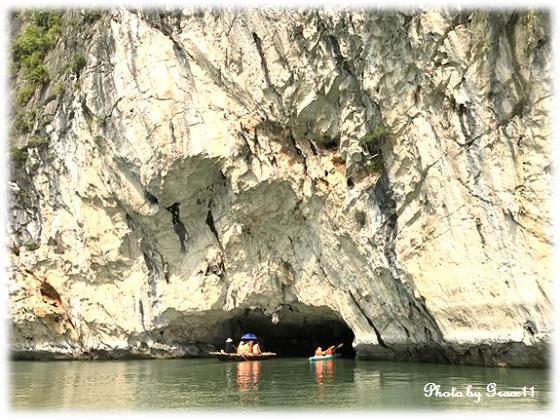 バンブーボートで洞窟巡り in ハロン湾