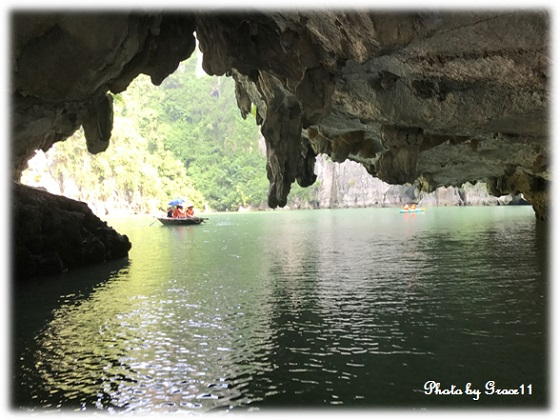 バンブーボートで洞窟の中へ!ハロン湾