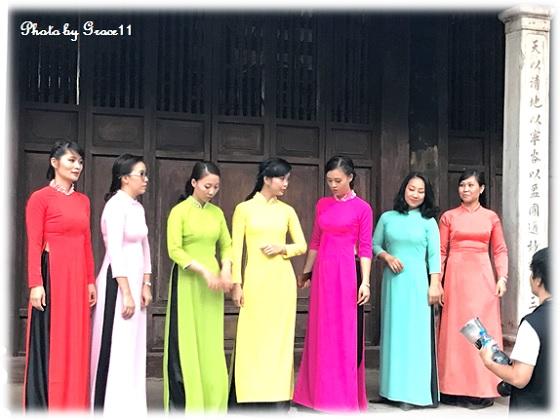 ハノイ旧市街 アオサイを着た女性達