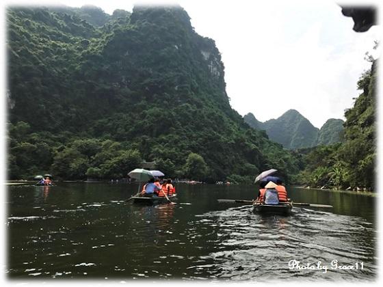 チャンアン景勝地を手漕ぎボートで川下りに出発!