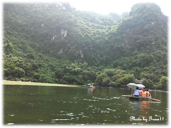 チャンアン景勝地を手漕ぎボートでクルーズ