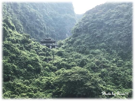 チャンアン景勝地を手漕ぎボートでクルーズ☆山間に見える寺