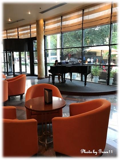 Hilton Hanoi Operaのラウンジ ピアノの生演奏
