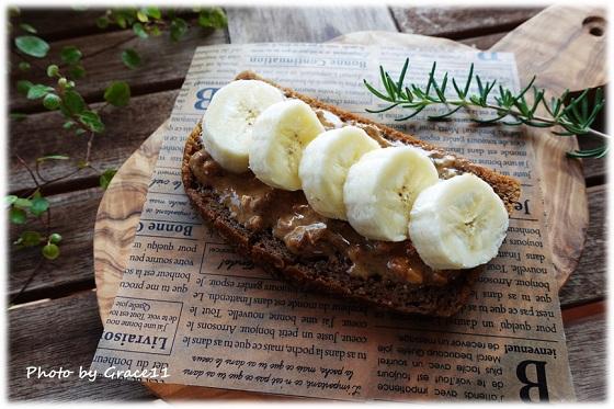 米粉の黒糖パン☆アーモンドバター&バナナ