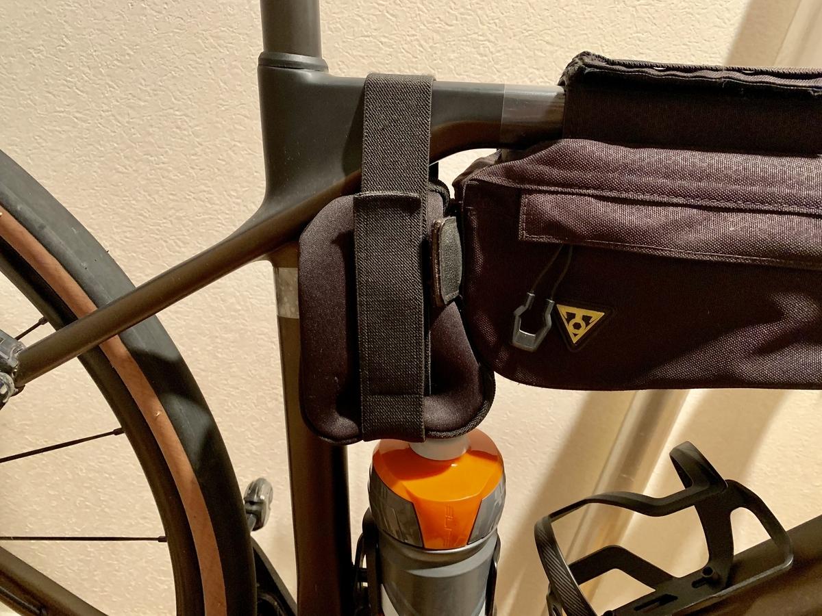 太いベルトで固定されたバッグ