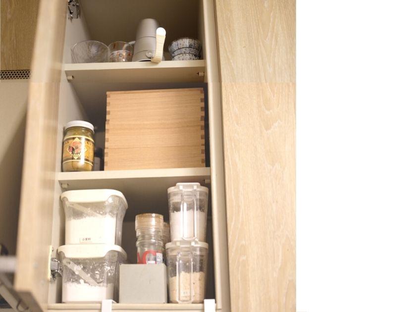 キッチンの吊り戸棚に食器を収納