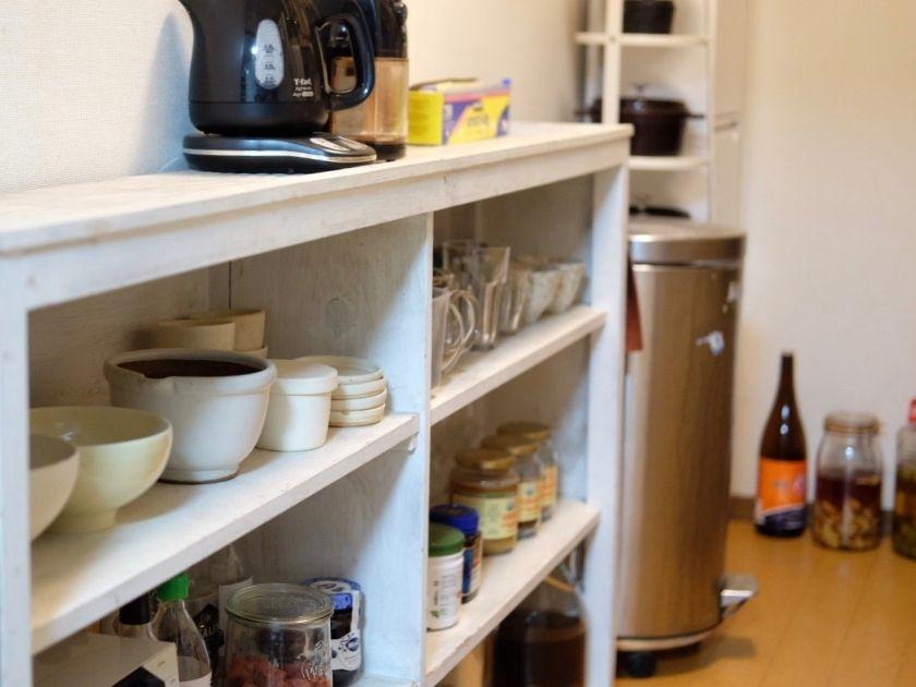 本棚を食器整理に使う