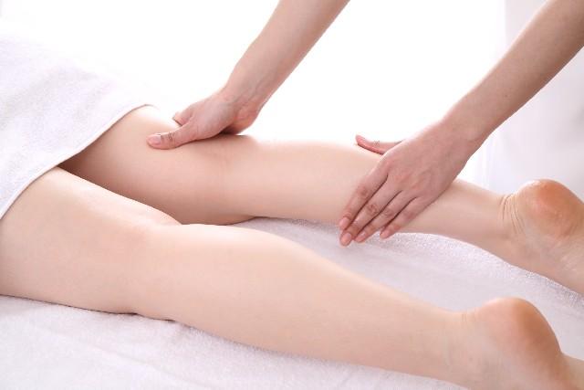 膝の痛みを和らげる最新の自然療法(シニア必見)を9つ紹介