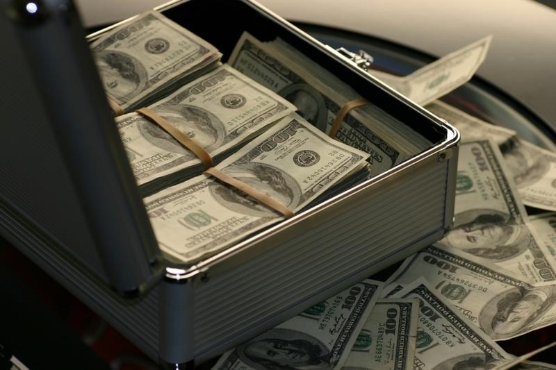 アタッシュケースからはみ出ている大量の1ドル札