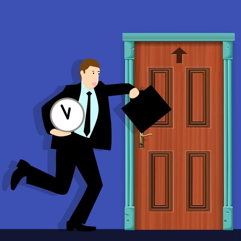 鞄と時計を持ってドアに駆け込む男性