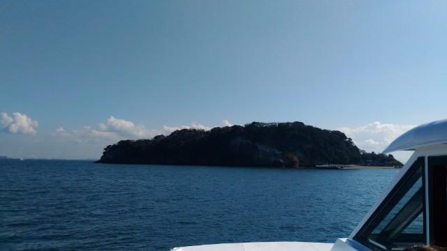 船から見る猿島