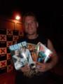ジョシュ・バーネット自分の表紙雑誌を持つ