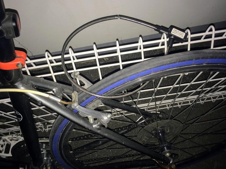イタズラでワイヤーロックをつけられたクロスバイク