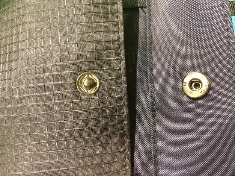 無印良品のトラベル用ウォレットのスナップボタン