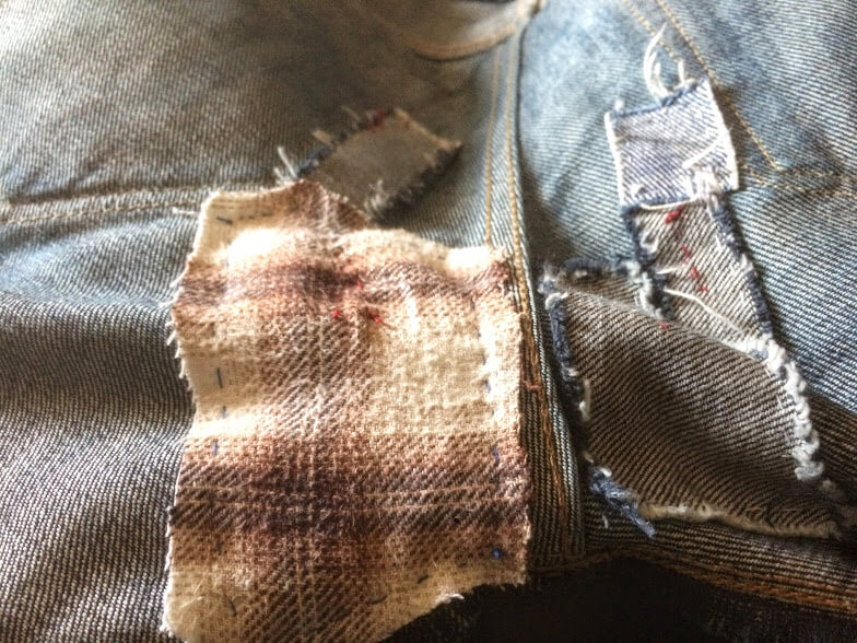 破けたジーンズをネルシャツでリペア2