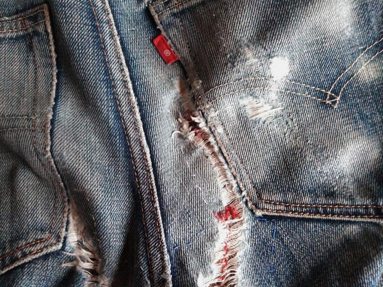 ぼろぼろになったジーンズのケツ