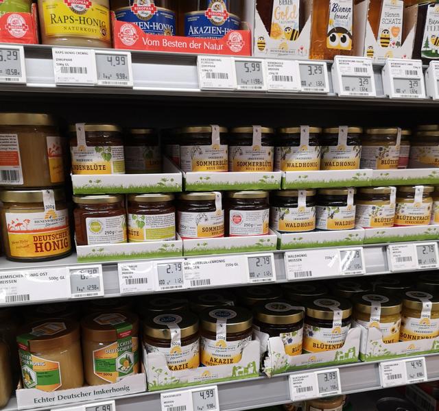 ドイツのスーパーのハチミツ売り場