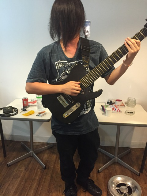 多弦ギター、ギタリスト、阪上直樹の写真
