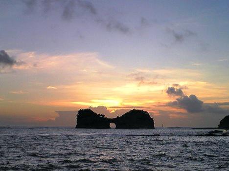 夕暮れの円月島