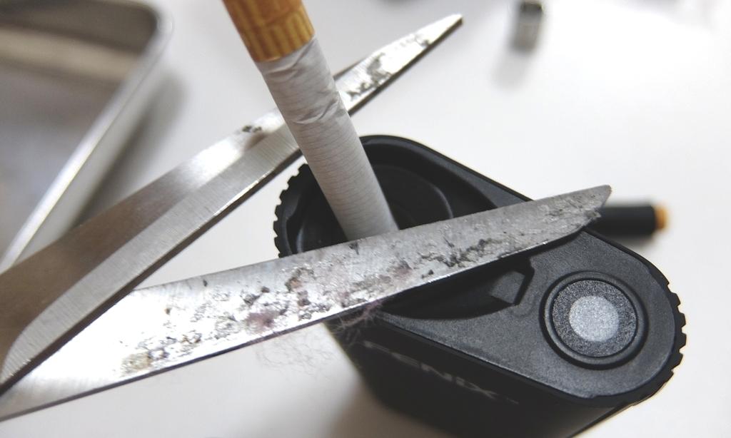 ヴェポライザーに紙巻タバコを切って入れる画像