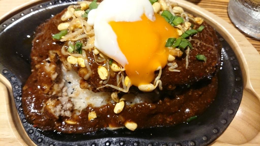 麻辣バーグライス300gに半熟卵の画像