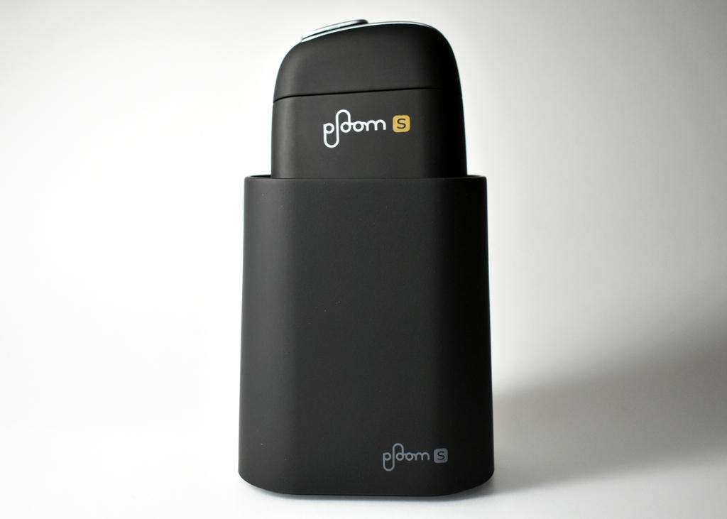 プルームS専用デバイススタンドに本体を乗せた状態の画像